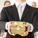 Tặng quà cho nhân viên